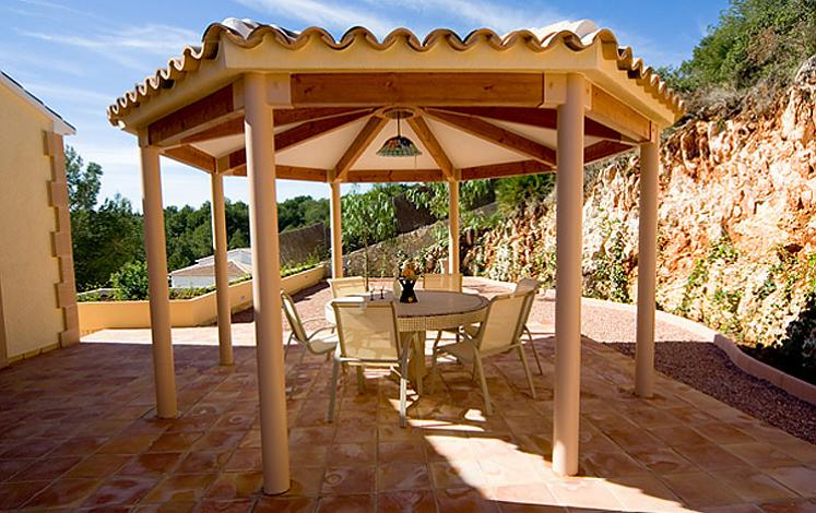 Pergola's construction in a villa in Jávea