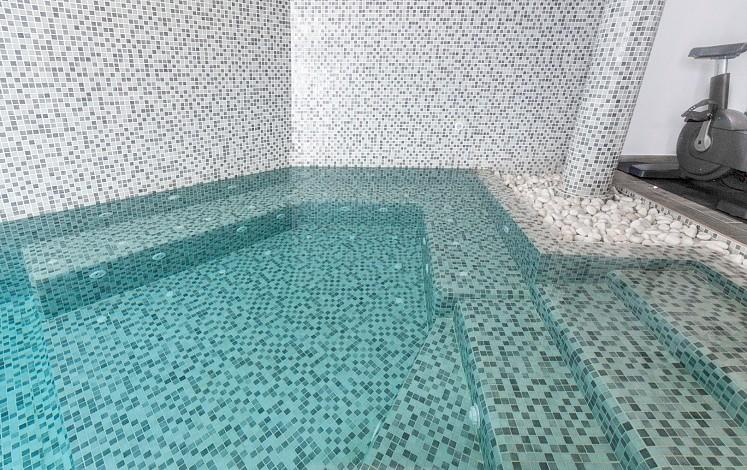 Banc d'hydromassage incorporé dans la piscine