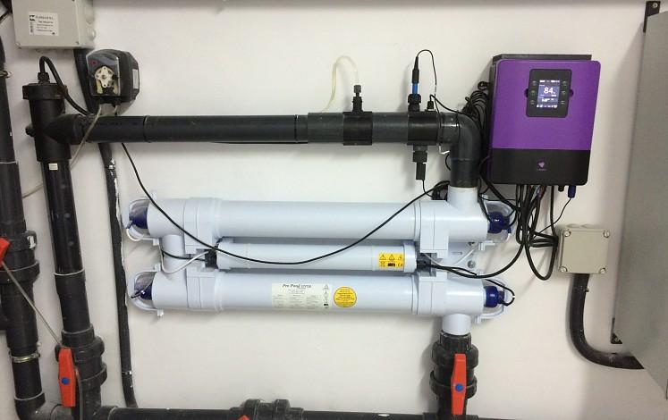 Installation d'électrolyse avec un faible besoin de sel et d'ultraviolet